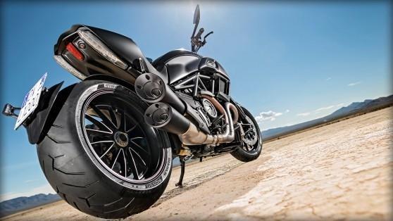 Мотоцикл Ducati Diavel 2015 вид сзади