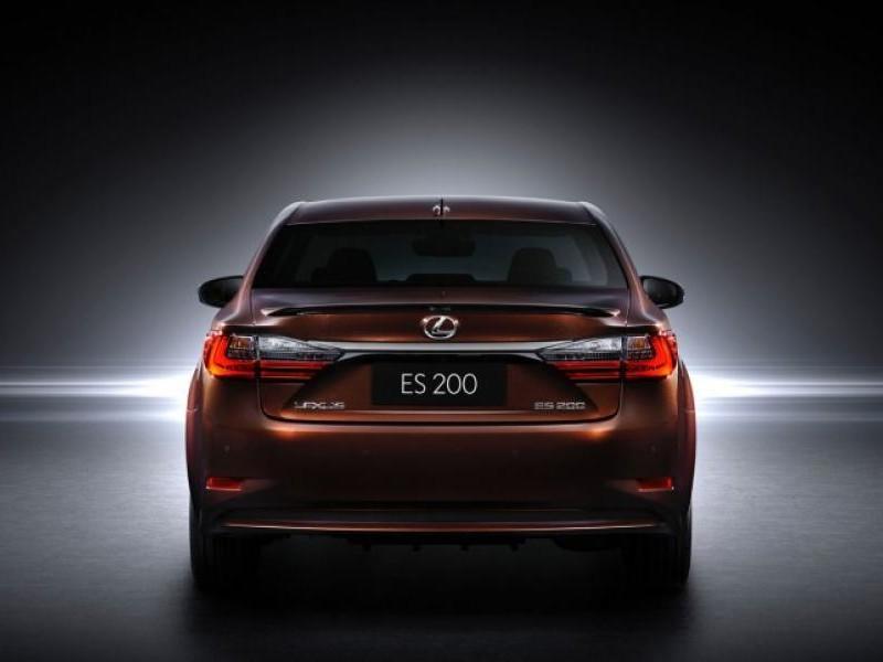 Седан Lexus ES 200 2016 вид сзади