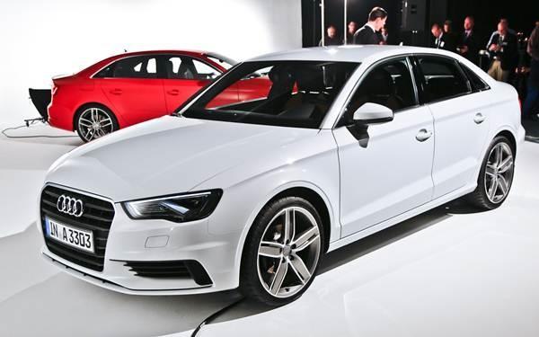 Белый седан Audi S4 2015