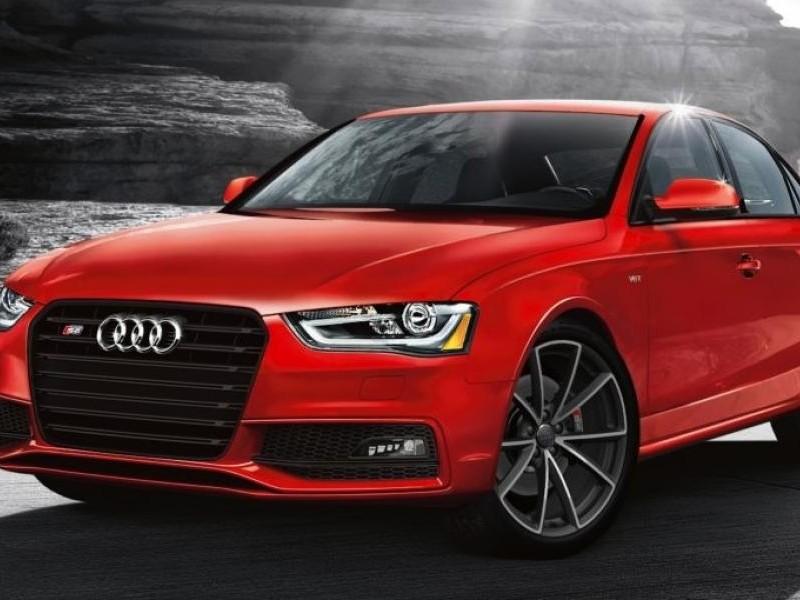 Красный седан Audi S4 2015