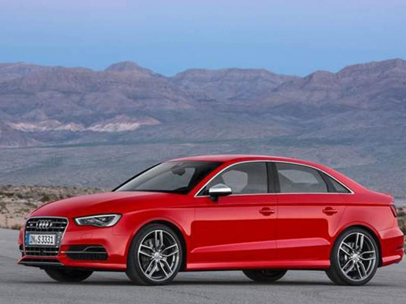 Красный седан Audi S4 2015 вид сбоку