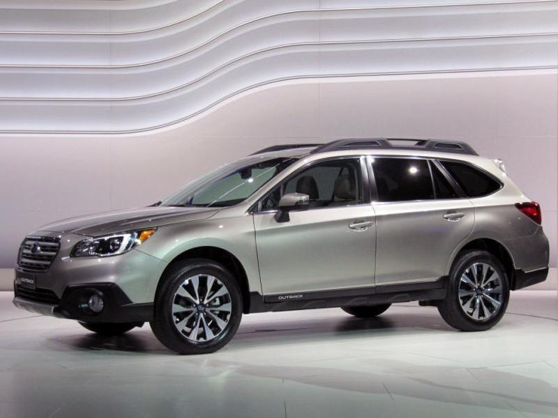 Subaru Outback 2015, серебристый кроссовер вид сбоку