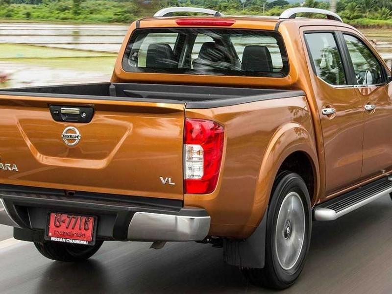 Пикап Nissan Navara вид сзади