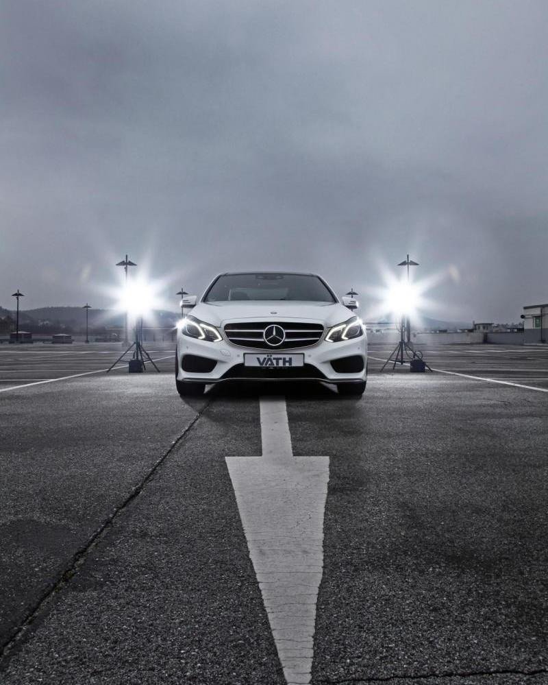 Белый Mercedes E500 Vath вид спереди