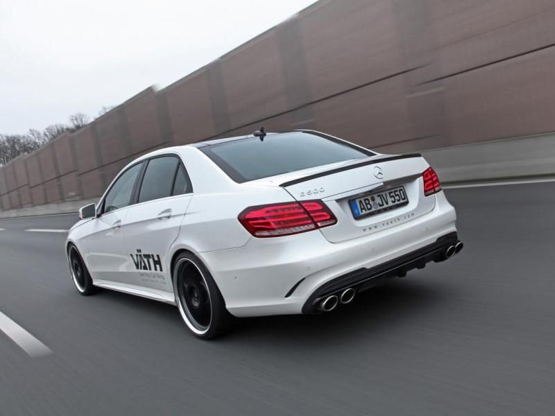 Белый Mercedes E500 Vath, вид сзади