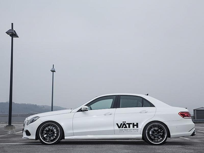 Белый седан Mercedes E500 Vath вид сбоку