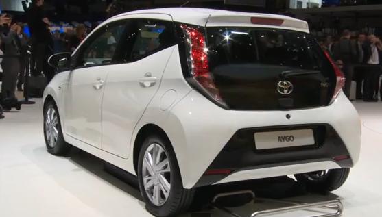 Белый Toyota Aygo вид сзади