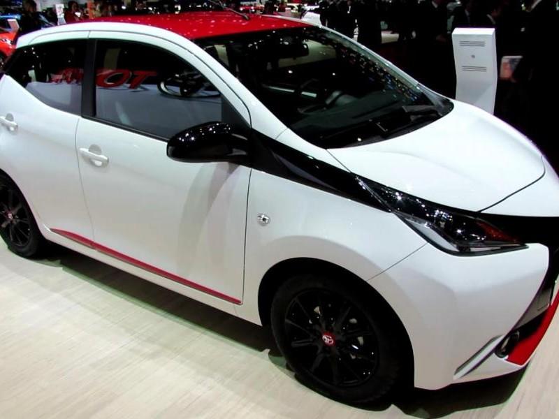 Белый хэтчбек Toyota Aygo вид сбоку