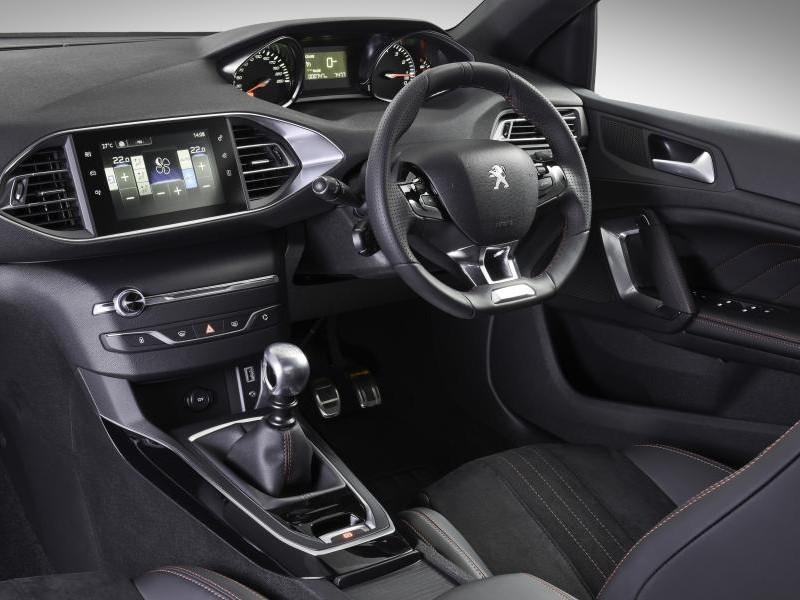 Руль, консоль, интерьер хэтчбека Peugeot 308 GT Line
