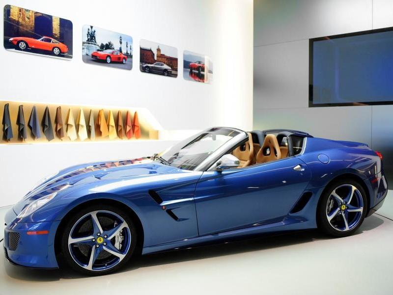 Синий Ferrari Superamerica 45 вид сбоку