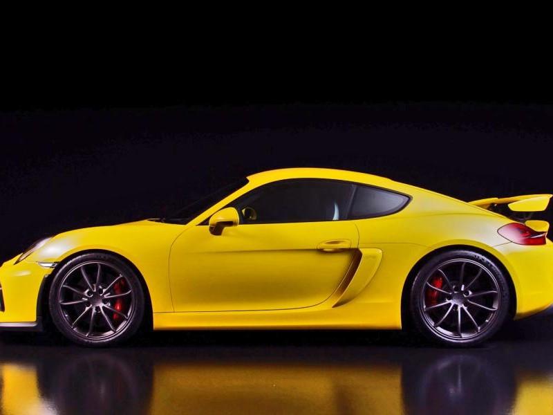 Желтый Porsche Cayman GT4 2015, вид сбоку