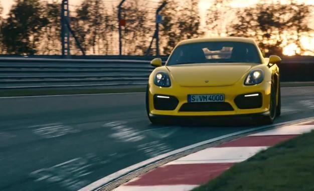 Желтый Porsche Cayman GT4 2015 вид спереди