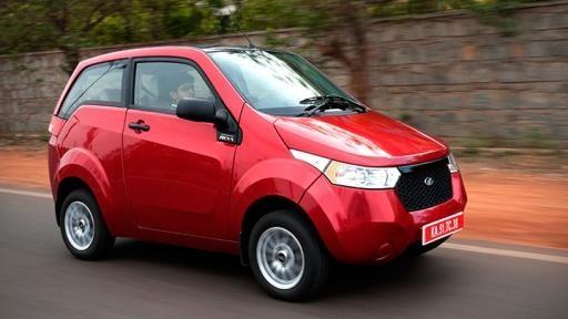 Красный электромобиль Mahindra E20 вид сбоку