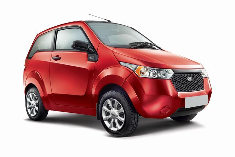 Красный электромобиль Mahindra E20