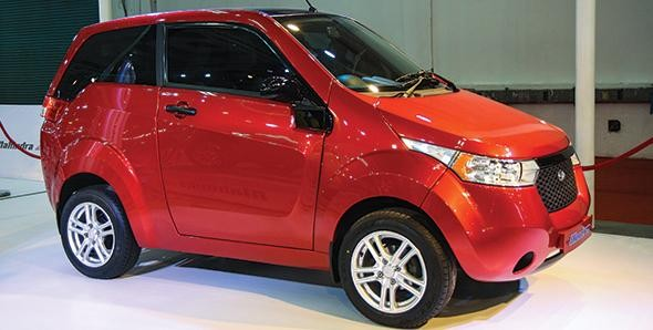 Красный  Mahindra E20, электромобиль вид сбоку