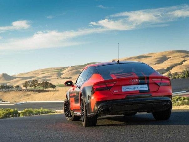 Красный Audi RS7 Robby вид сзади