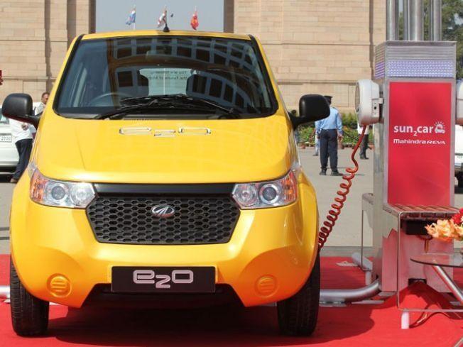 Желтый электромобиль Mahindra E20 вид спереди