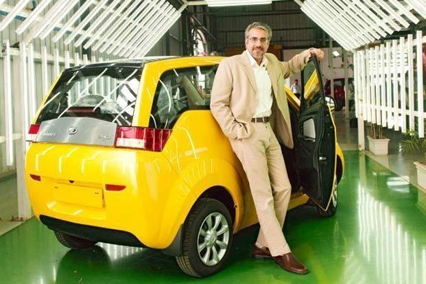 Желтый электромобиль Mahindra E20 вид сзади