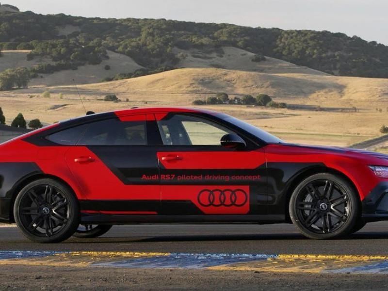 Красный Audi RS7 Robby вид сбоку