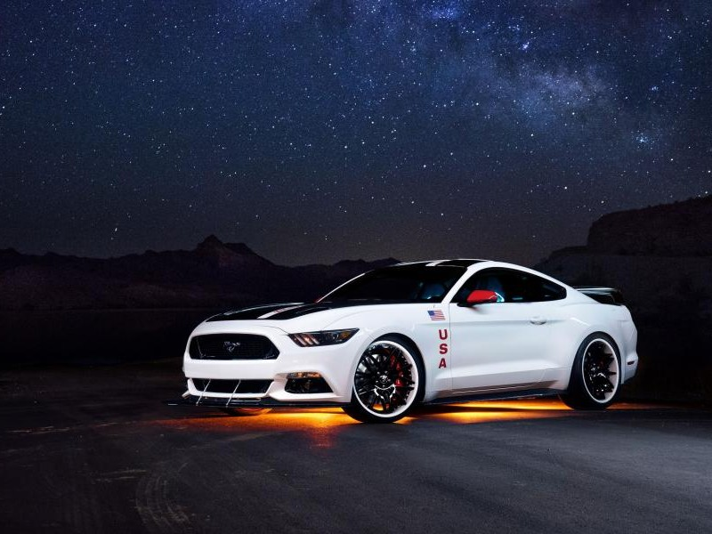 Белый Ford Mustang Apollo Edition