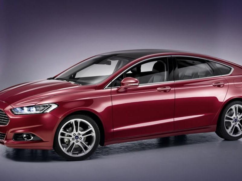 Седан Ford Mondeo 2015 вид сбоку