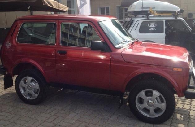 Красный внедорожник Lada 4x4 Elbrus Edition вид сбоку
