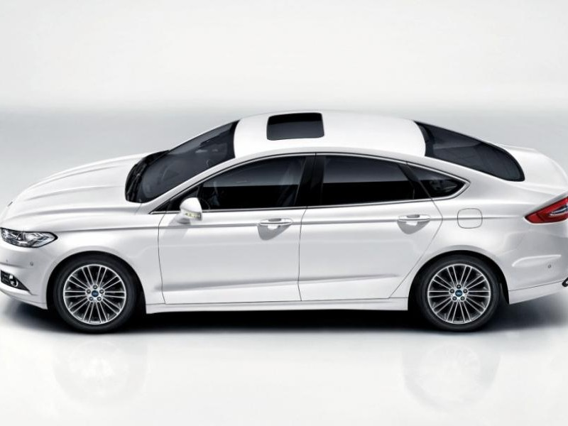 Белый седан Ford Mondeo 2015 вид сбоку
