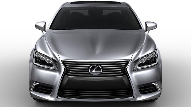 Серебристый седан Lexus LS 2015 вид спереди