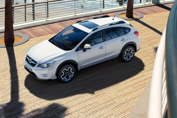 Белый кроссовер Subaru XV 2015