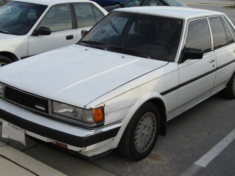 Белый седан Toyota Cressida