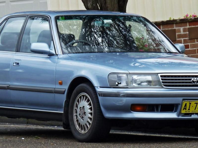 Синий седан  Toyota Cressida