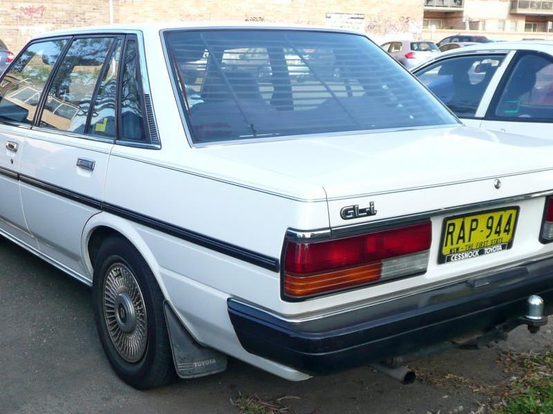 Белый седан Toyota Cressida вид сзади