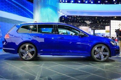 Синий универсал  Volkswagen Golf R вид сбоку