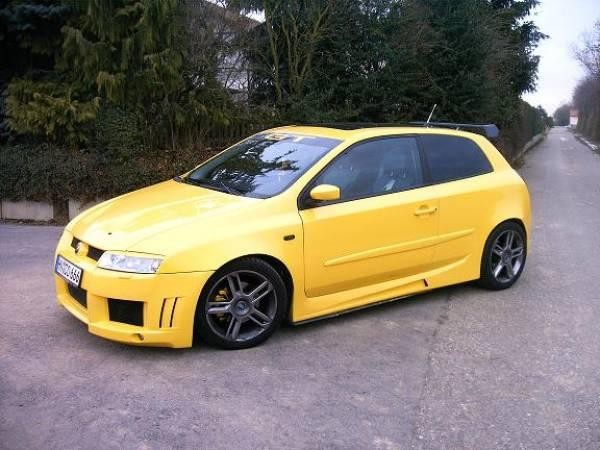 Желтый хэтчбек Fiat Stilo