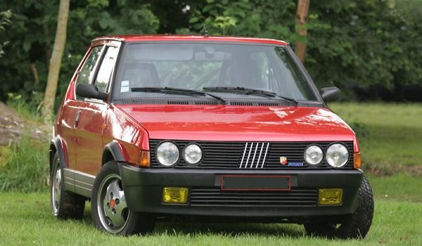 Красный хэтчбек Fiat Ritmo 130 TC Abarth вид спереди