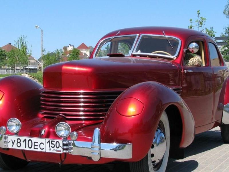 Красный Auburn Cord 810 вид спереди