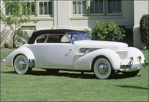 Белый ретро купе Auburn Cord 810 вид сбоку