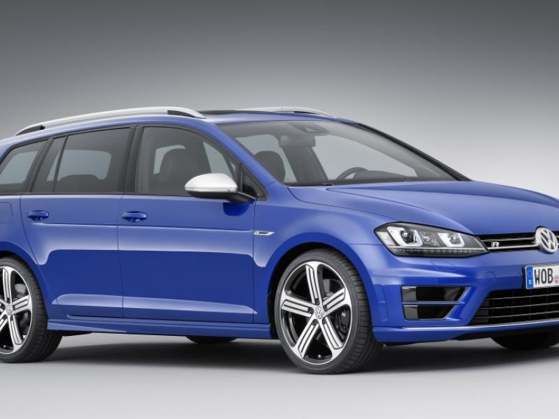 Синий универсал  Volkswagen Golf R, вид сбоку