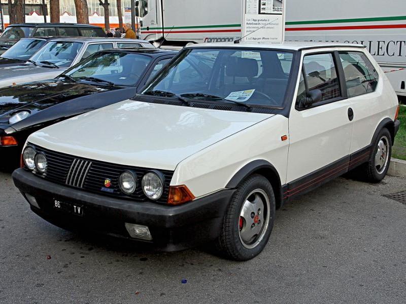 Белый хэтчбек Fiat Ritmo 130 TC Abarth