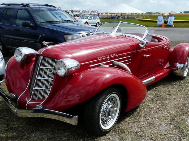 Красный ретро Auburn 852 Speedster