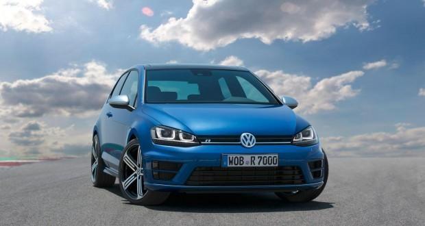 Синий универсал  Volkswagen Golf R вид спереди