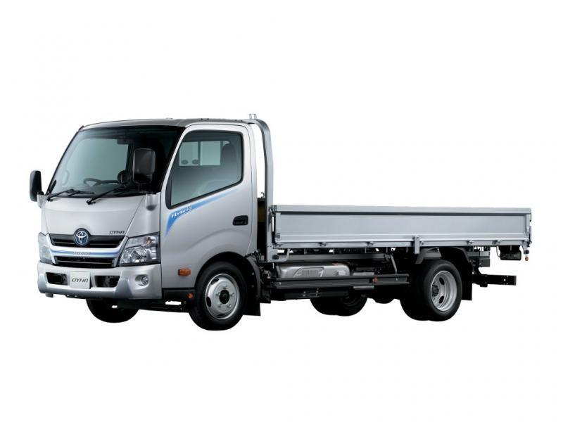 Серебристый грузовик Toyota Dyna