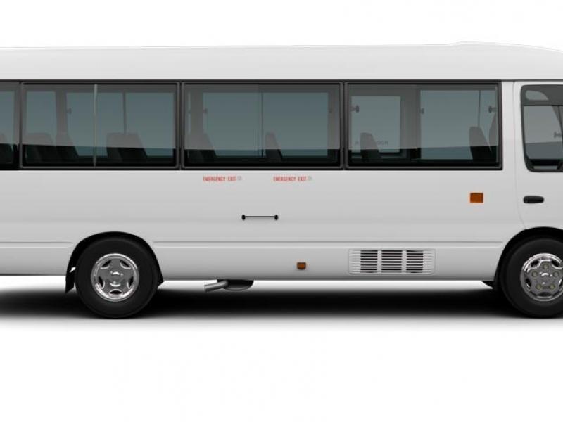 Белый автобус Toyota Coaster вид сбоку