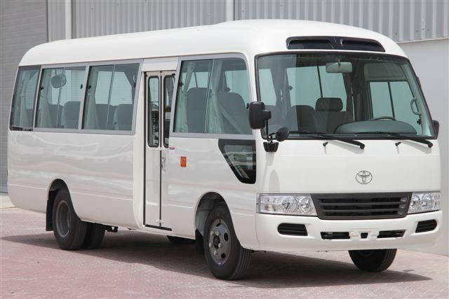 Белый автобус Toyota Coaster