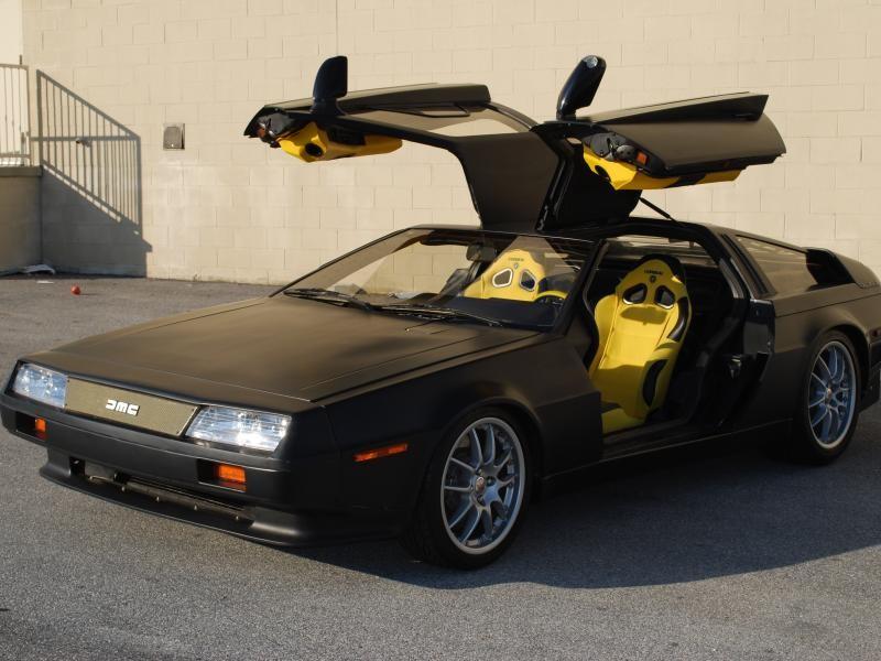 Черный купе  DeLorean DMC-12 вид сбоку