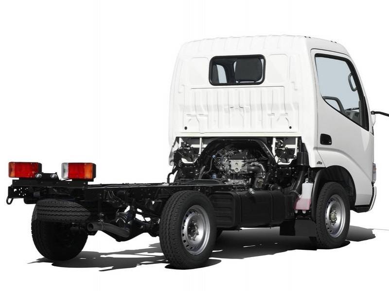 Белый грузовик Toyota Dyna вид сзади