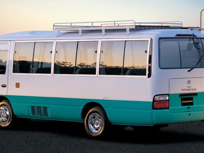 Автобус Toyota Coaster, вид сбоку