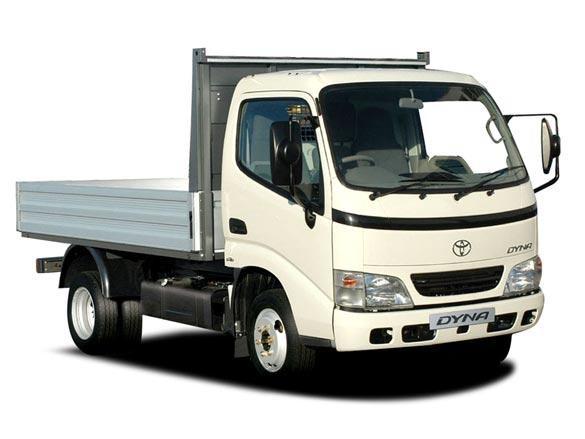 Белый грузовки Toyota Dyna