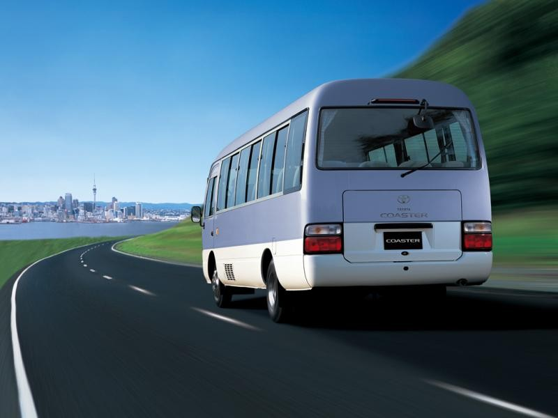 Автобус Toyota Coaster вид сзади