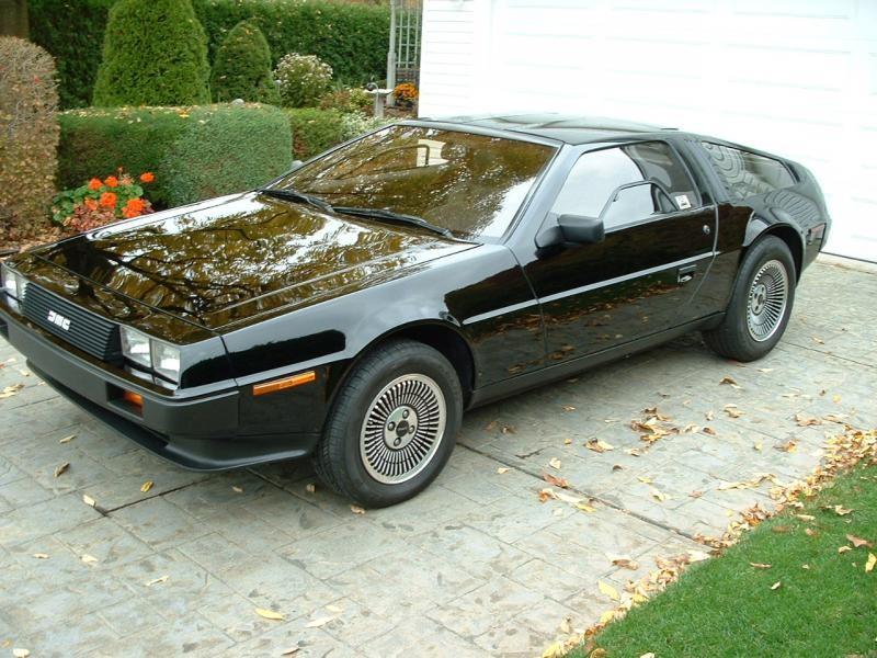 Черный купе  DeLorean DMC-12